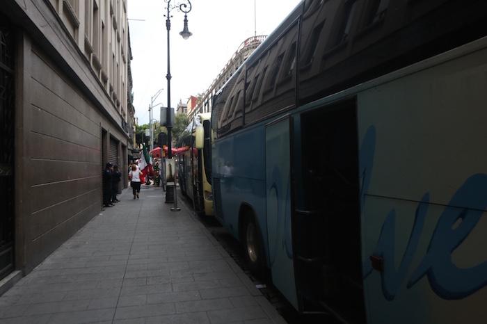 Decenas de camiones provenientes del Estado de México fueron estacionados en la calle de Palma, aledaña a la plancha del Zócalo. Foto: Francisco Cañedo, SinEmbargo