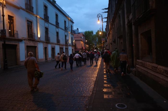 En las calles aledañas se veía la concentración de personas acarreadas que se dirigían al Zócalo. Foto: Francisco Cañedo, SinEmbargo