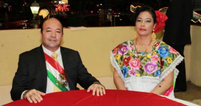 El Alcalde del municipio de Pueblo Viejo, usó la Banda Presidencial para dar el Grito. Foto: tomada de Facebook