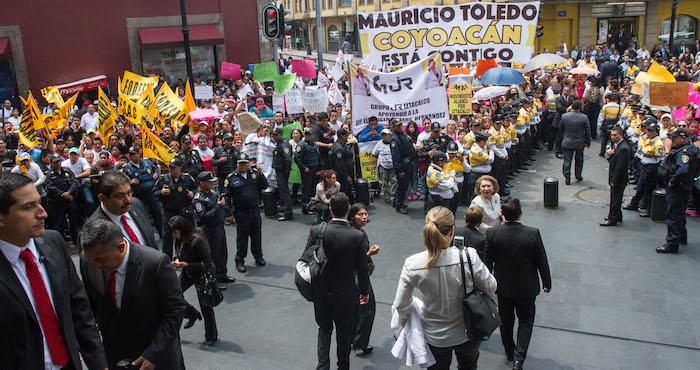 Cientos de personas acudieron a apoyar a legisladores del PRD. Foto: Cuartoscuro