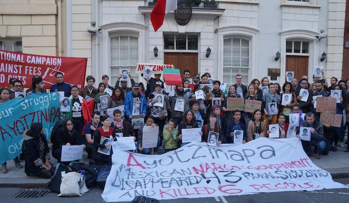 Personas se manifiestan en la Embajada de México en Inglaterra. Foto: Cuartoscuro