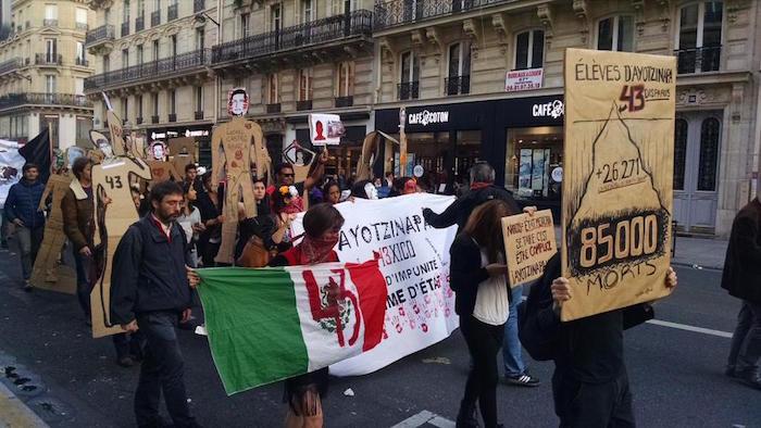 Apoyo a Ayotzinapa desde París. Foto: Vía Twitter @a_manro