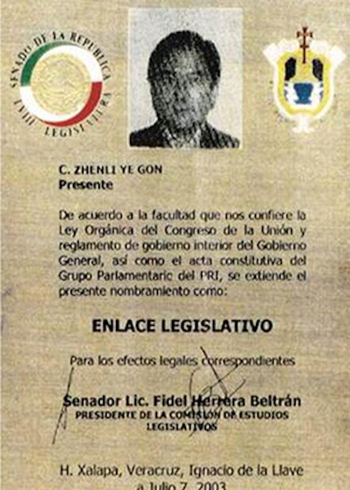 Ye Gon exhibió orgulloso un documento que lo acreditaba como enlace del Congreso de México firmado presuntamente por el Senador Herrera Beltrán. Foto: Univisión.