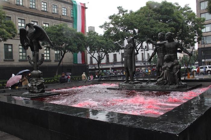 Diversas fuentes de parques de la Ciudad de México fueron teñidas de color rojo en protesta por la desaparición de los normalistas.  Foto: Luis Barrón, SinEmbargo