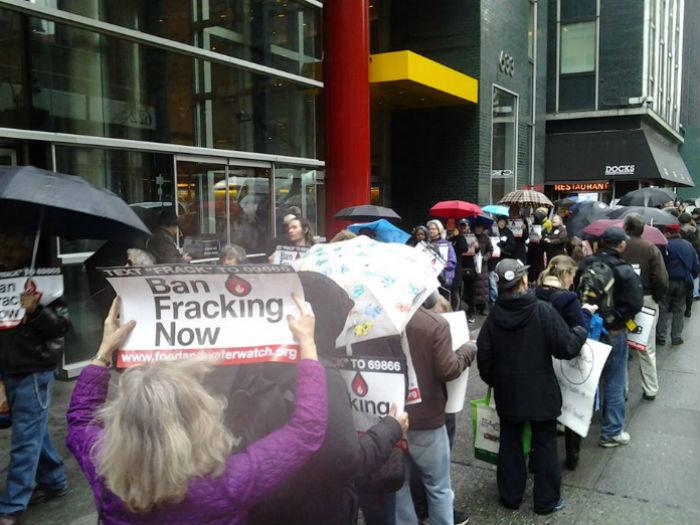 Manifestación antifracking en la ciudad de Nueva York, en la que entregaron miles de firmas al gobierno estatal apoyando la prohibición de la fractura hidráulica en el estado. Foto: Facebook Frack Action