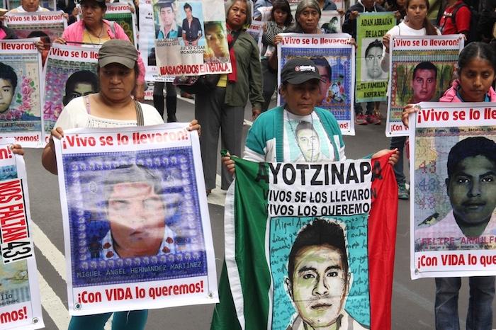 2015. Los padres de los 43 estudiantes víctimas de desaparición forzada encabezaron la marcha del 26 de septiembre. Foto: Luis Barrón, SinEmbargo