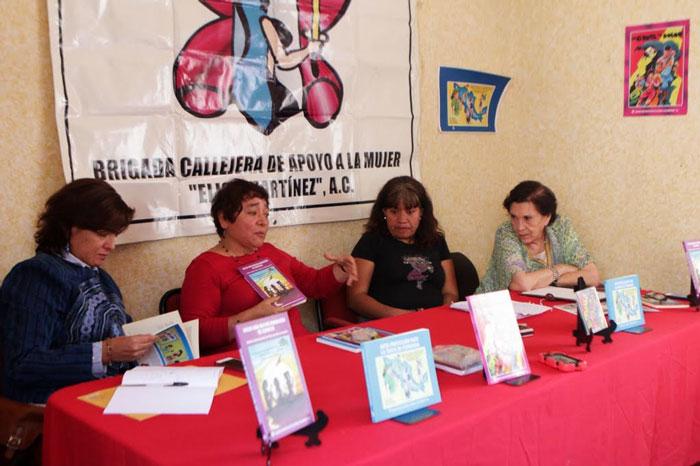 Integrantes del Movimiento Migrante Mesoamericano y de Brigada Callejera de Apoyo a la Mujer denunciaron los abusos a los migrantes centroamericanos –hombres, mujeres y niños– durante su paso por México. Foto: Francisco Cañedo, SinEmbargo