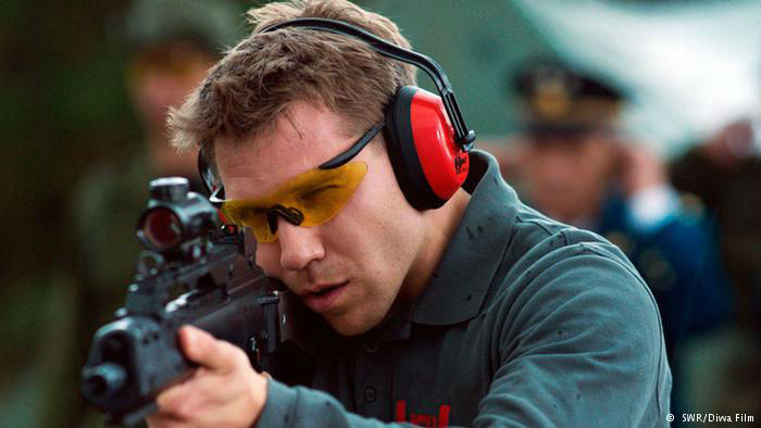 El actor berlinés Hanno Koffler interpreta el papel de Peter Zierler, un tirador de élite que entrena a policías y soldados mexicanos con el uso de fusiles de asalto de última generación de la empresa ficticia HSW. Foto: Diwa Film