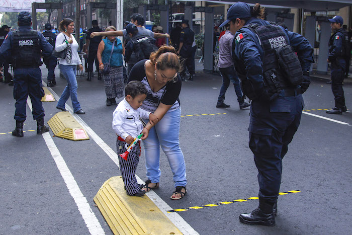 Los menores de edad este año fueron revisados en los filtros instalados para ingresar al Zócalo por su padres frente a elementos de seguridad. Foto: Cuartoscuro