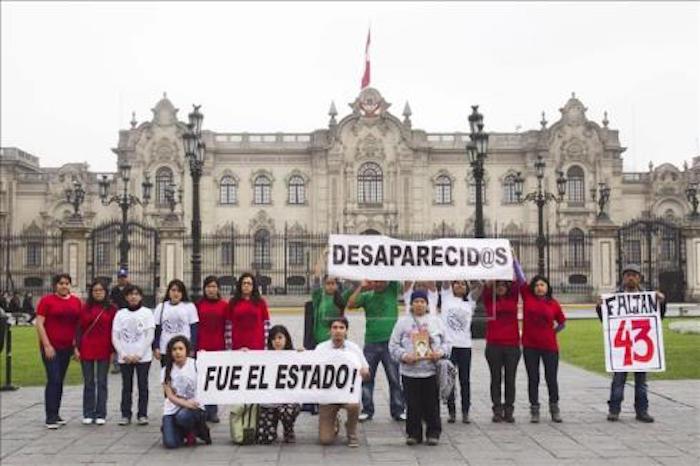 Peruanos en apoyo a los normalistas mexicanos. Foto: EFE