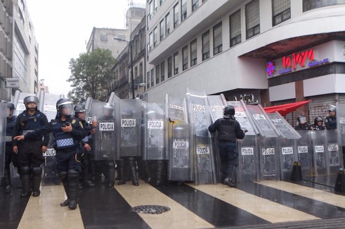 Cerca de las 17:00 horas, granaderos de la Secretaría de Seguridad Pública del Distrito Federal comenzaron a entrar al Zócalo capitalino. Foto: Francisco Cañedo, SinEmbargo