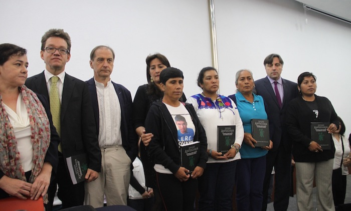 Padres de los 43 y los integrantes de la comisión especial, luego de la presentación del informe esta mañana. Foto: Luis Barrón, SinEmbargo
