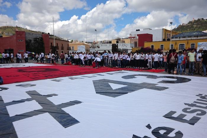 Con pancartas y pintas, los estudiantes en Zacatecas recordaron a los normalistas de Ayotzinapa. Foto: Cuartoscuro