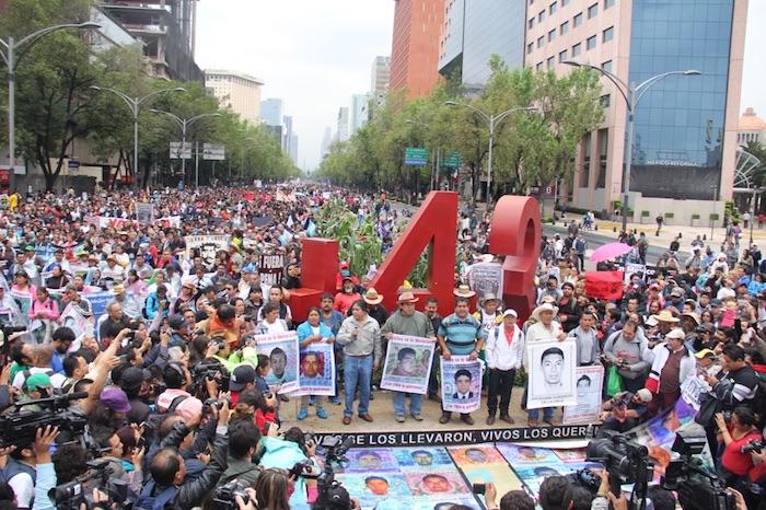 Los manifestantes se concentraron a la altura del Monumento a los 43. Foto: Luis Barrón, SinEmbargo
