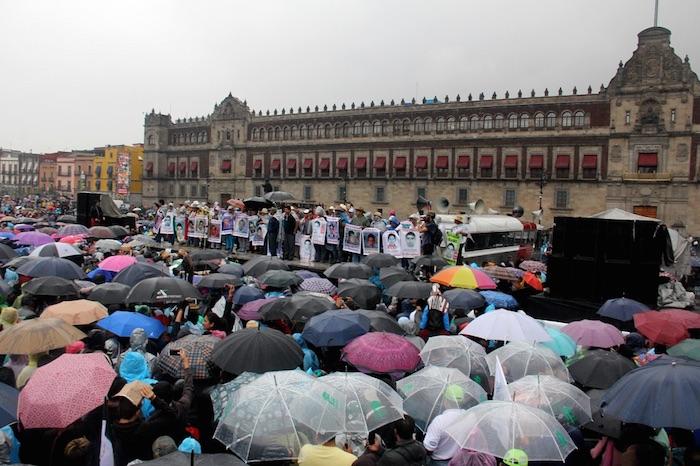 Cientos de personas llenaron la plancha del Zócalo capitalino donde se colocó un templete para que hablaran los padres de los 43. Foto: Luis Barrón, SinEmbargo