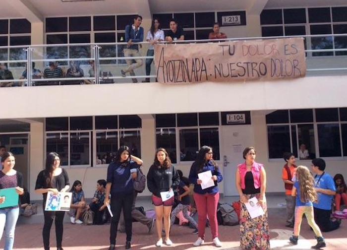 Los universitarios portaron las fotografías de los 43 normalistas desaparecidos. Foto: Twitter @jurgenmusic18
