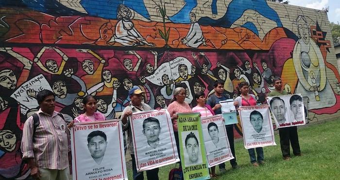 Padres de los 43 estuvieron presentes en la ESIA Zacatenco. Foto: Twitter @Coordinadora1DM