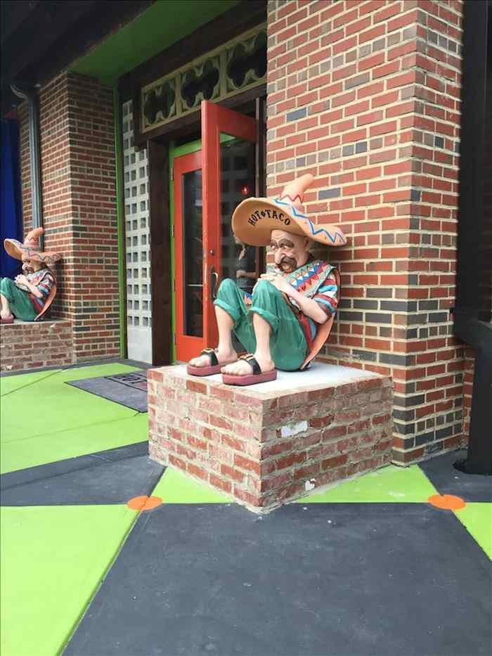 Figuras decorativas de dos mexicanos con sombrero y sarape dormidos decoran  la pared de un restaurante 33ab96c258c