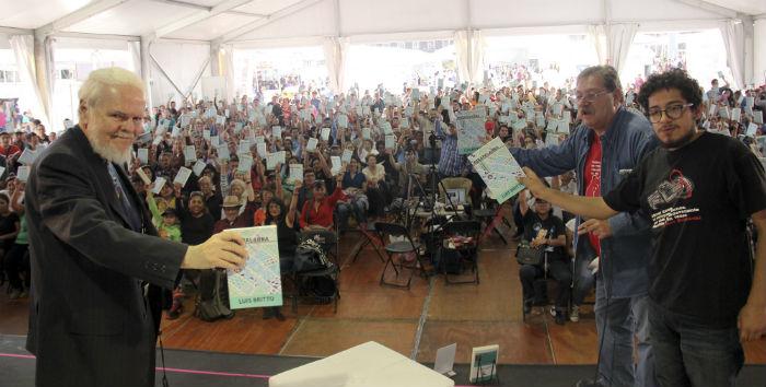 Regalando libros del autor venezolano Luis Brito, junto al jefe de prensa de la Brigada para Leer en Libertad, Ezra Alcázar. Foto: Luis Barrón, SinEmbargo