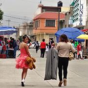Una nin?a se alista para celebrar sus 15 an?os en Chimalhuaca?n. Foto: Humberto Padgett, Sinembargo
