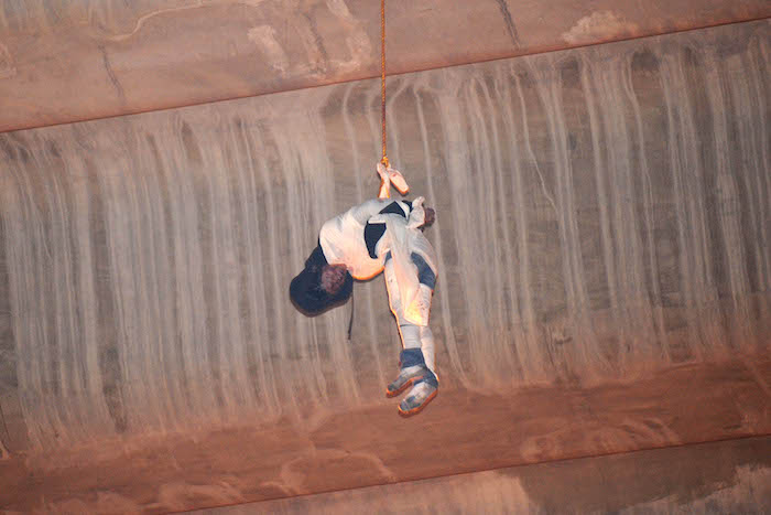 El cadáver de un hombre colgado en el puente. Foto: Cuartoscuro.