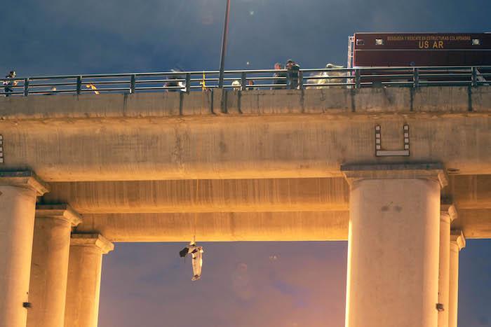 Bomberos ayudaron a bajar el cuerpo. Foto: Cuartoscuro.