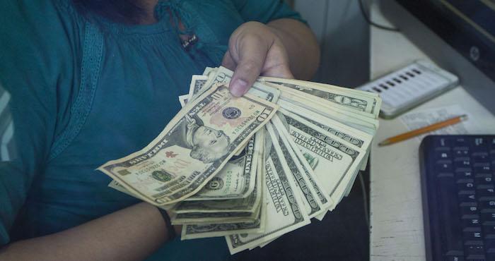 El dólar se vende en sucursales bancarias del Distrito Federal hasta en 18.05 pesos. Foto: Cuartoscuro.