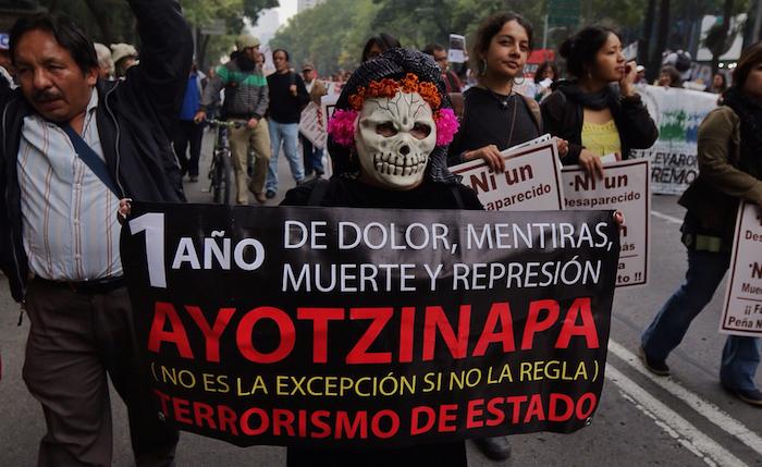 Los manifestantes culpan el Estado mexicano y al Ejército de la desaparición de los 43. Foto: Francisco Cañedo, SinEmbargo