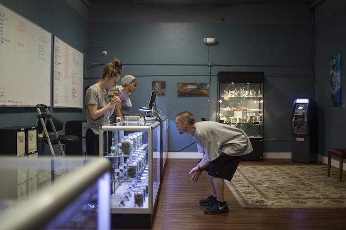 Un cliente compra en el dispensario de marihuana Pure Green, en Portland. Foto: Kirsten Luce/VICE News