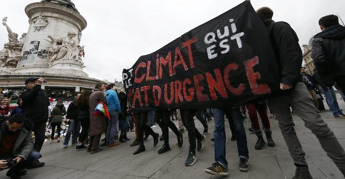 Varios miles de personas participaron hoy en París, pese a la prohibición de manifestaciones por la amenaza terrorista, en una cadena humana reivindicativa con ocasión de la apertura de la cumbre sobre el cambio climático. Foto: EFE