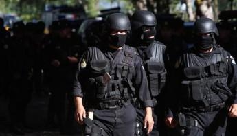 Policías de Guatemala son vistos, este 30 de noviembre de 2015, frente a la entrada de la cárcel de máxima seguridad. Foto: EFE