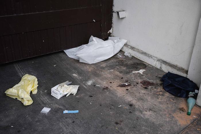 Manchas de sangre y pertenencias de las vÌctimas permanecen en el suelo frente a la sala de conciertos. Foto: Xinhua