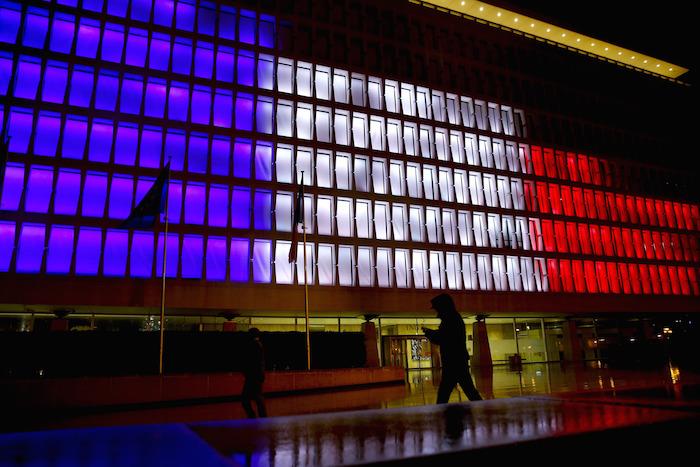 Un edificio en Bruselas, Bélgica, se ilumina en apoyo a Francia. Foto: Xinhua