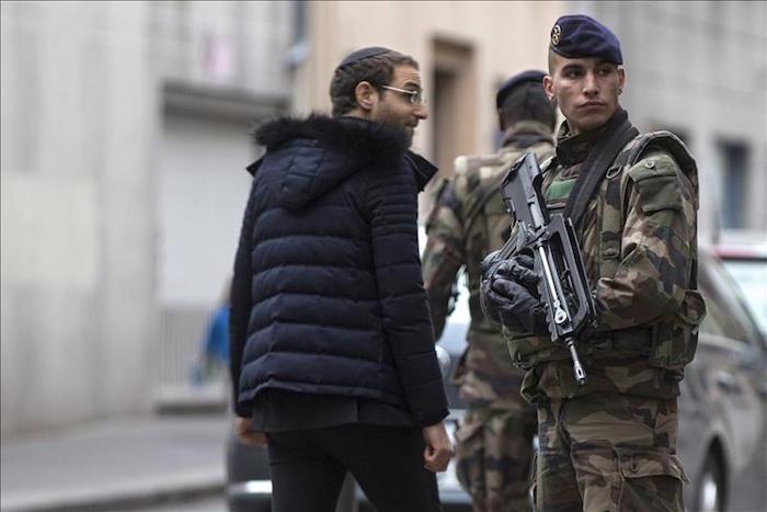 Un soldado francés vigila los accesos a la sinagoga en París, Francia. Foto: EFE