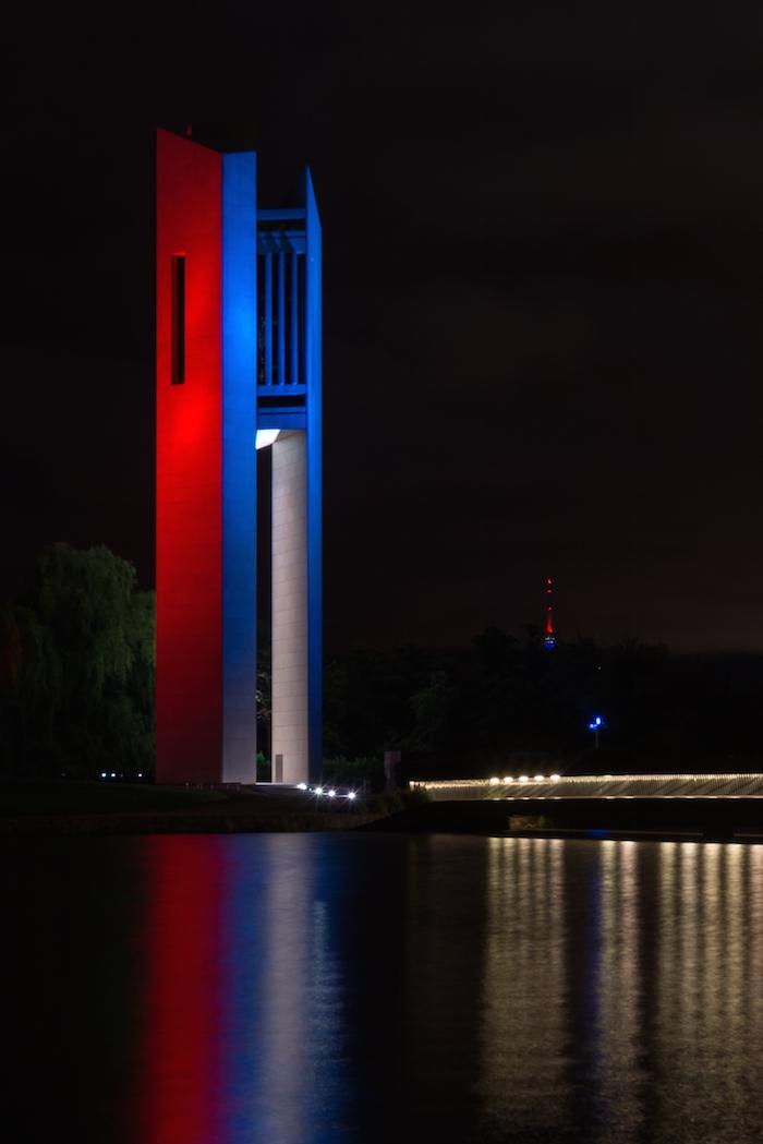 Luces iluminan el Nacional Carrillon de Australia en solidaridad con París. Foto: Xinhua