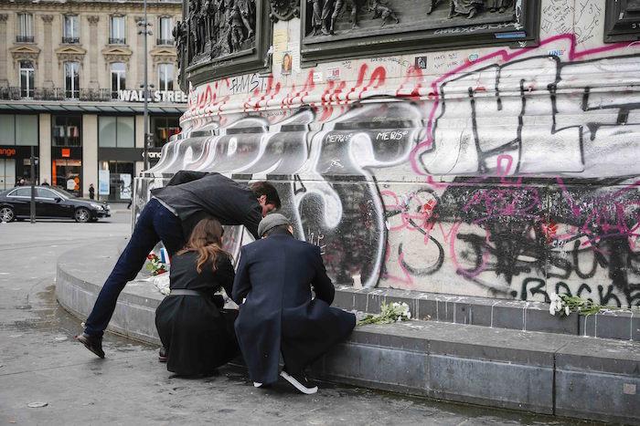 Velas en París para las víctimas mortales de los atentados de ayer. Foto: Xinhua