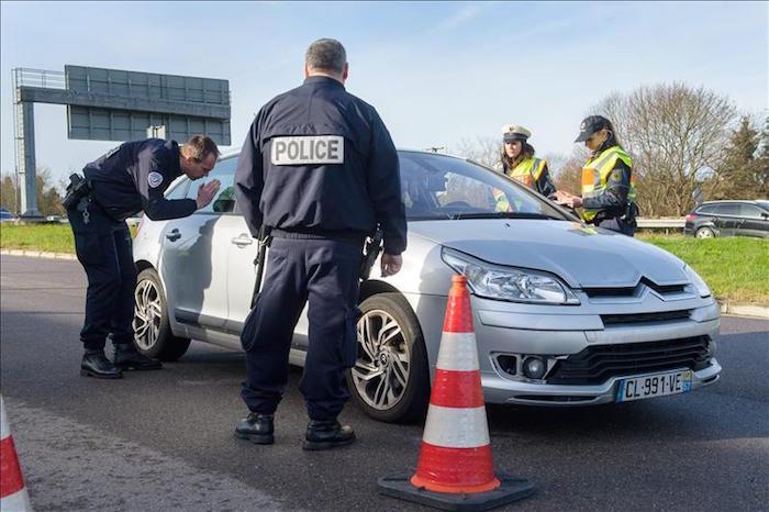Policías franceses hoy en un control en la frontera de Francia y Alemania. Foto: EFE