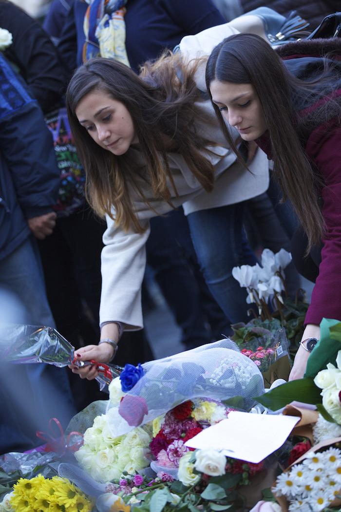 Personas acuden a la Embajada de Francia en Italia para mostrar su apoyo tras los ataques en Paris. Foto: Xinhua