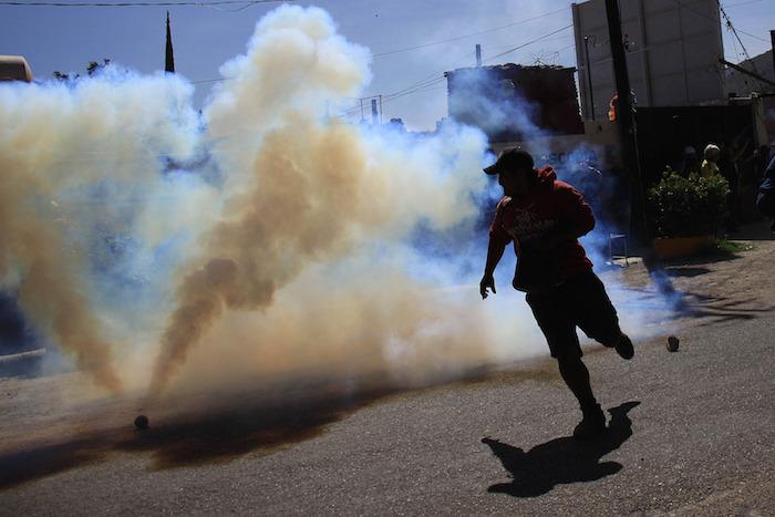 Los policías lanzaron gases lacrimógenos contras los profesores. Foto: Xinhua