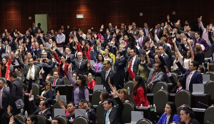 Durante los primeros minutos de este viernes, el Pleno de la Cámara de Diputados aprobó en lo general el Presupuesto de Egresos de la Federación para 2016. Foto: Francisco Cañedo, SinEmbargo