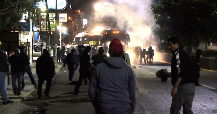 Profesores de la sección 22 de la CNTE se enfrentaron esta mañana con elementos de la Policía Federal quienes respondieron con gases lacrimógenos. Foto: Cuartoscuro