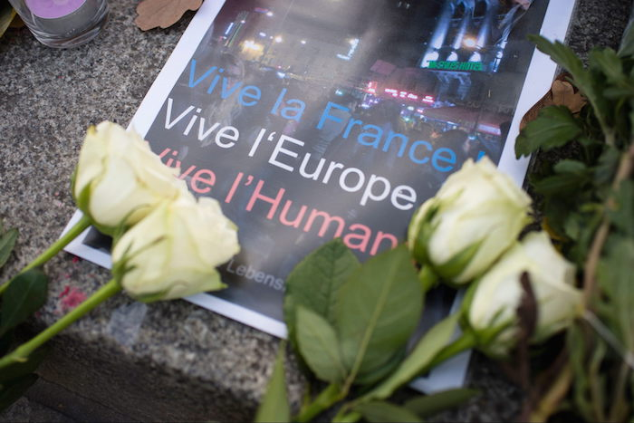 Flores y mensajes de condolencia ante los atentados de Paris. Foto: EFE