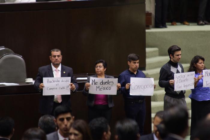 Legisladores de Morena protestaron durante la discusión del Presupuesto de Egresos de la Federación 2016. Foto: Francisco Cañedo, SinEmbargo