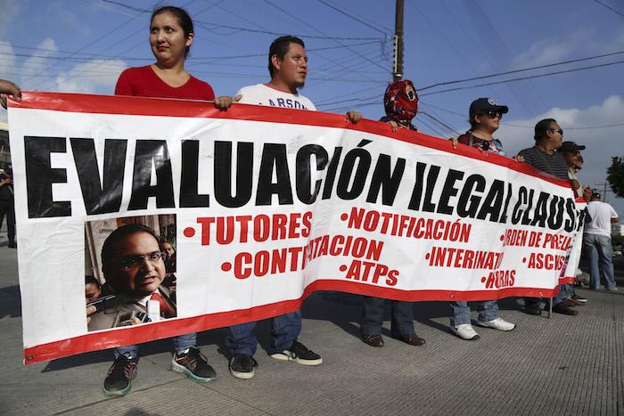 Maestros se manifestaron a las afueras de las sedes de aplicación del examen en Veracruz. Foto: Cuartoscuro