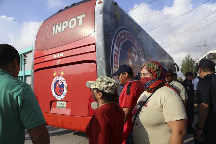 Los maestros permitieron el paso al autobús de los Tiburones Rojos para su entrenamiento. Foto: Cuartoscuro