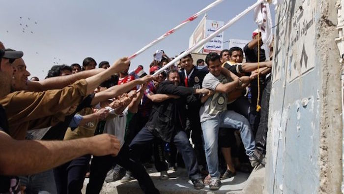 Manifestantes iraquíes en 2011 tratando de derribar un muro de la Zona Verde controlada por EU. En la misma época en Siria estallaban las revueltas. Foto: ElDiario.es