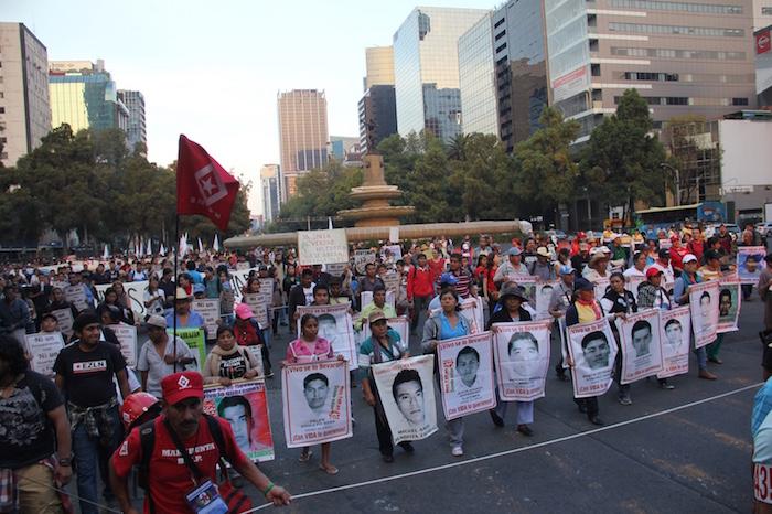Padres de los estudiantes de la Normal Rural Raúl Isidro Burgos encabezan la movilización sobre Paseo de la Reforma. Foto: Luis Barrón, SinEmbargo.