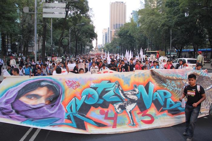 Estudiantes y ciudadanos acompañan a los padres y compañeros de los normalistas desaparecidos. Foto: Luis Barrón, SinEmbargo