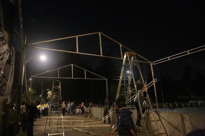 El plantón que se ha comenzado a instalar esta noche, anunciaron los padres, no se retirará hasta que sean recibidos por los titulares de la Segob y PGR. Foto: Francisco Cañedo, SinEmbargo