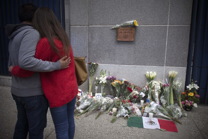 Desde México, flores y mensajes en apoyo a París. Foto: Xinhua